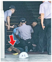 台灣51歲無業漢呂軍億昨日上午到台北國軍歷史文物館偷走一把武士刀,其後企圖闖入總統府,斬傷門口一名憲兵後被制服(箭嘴示)。(中央社)