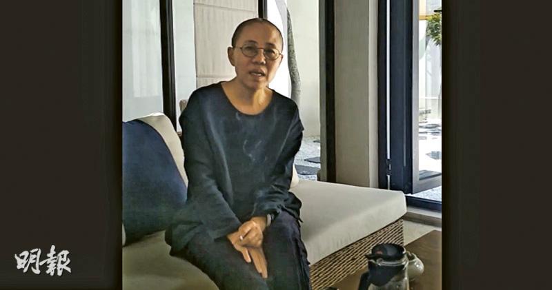 昨日傳出的短片全長63秒,片段中劉霞一身黑衫坐在沙發上,左手夾住一支點燃的香煙,看起來精神不錯。(片段截圖)