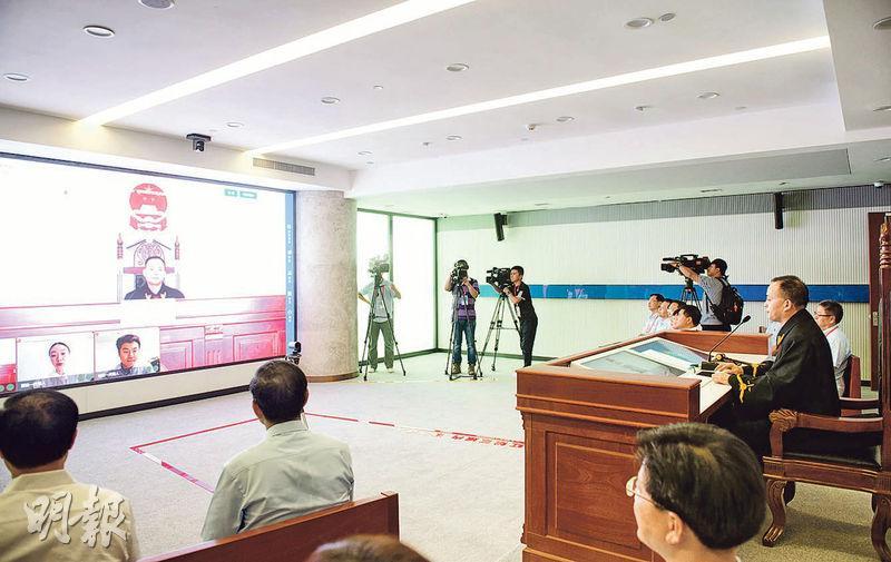 杭州互聯網法院昨日開庭審理由《甄嬛傳》作者起訴「網易」侵權案,雙方當事人經遠程影像完成訴訟。庭審歷時20分鐘,最後雙方同意調解。(新華社)