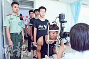 內地徵兵體檢「不合格」情况普遍,圖為本月15日河北省新樂市應徵青年在該市中醫院參加體檢。(網上圖片)