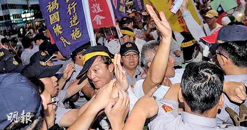 反「年金改革」團體在世大運開幕禮場外抗議並投擲煙霧彈,導致多數國家的運動員無法入場。圖為反年改團體與警方發生衝突。(網上圖片)