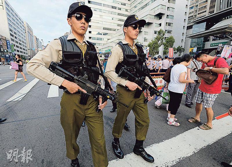 世大運昨在台北揭幕,當局加強保安。圖為憲兵手持步槍在舉行開幕禮的台北田徑場周邊道路巡邏。(中央社)