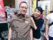 佔中發起人戴耀廷(左)昨在遊行後的集會上,被「香港本土」的毛孟靜(右)蓋上囚衣道具拍照。正面對與佔中有關刑事案的戴耀廷表示,自己已有心理準備,「預咗」會入獄。(梁智康攝)