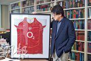 石永泰的辦公室放有英超聯球隊阿仙奴的球衣。石永泰透露,他與羅冠聰都是阿仙奴的球迷,他對羅說:「希望你出來後見到我們的愛隊捧盃。」(鄧宗弘攝)