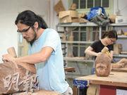 為物盡其用,路政署將斬去嘅台灣相思送畀學校,浸會大學同視覺藝術相關嘅師生都會利用相思木製作木雕或家具。(政府新聞網)