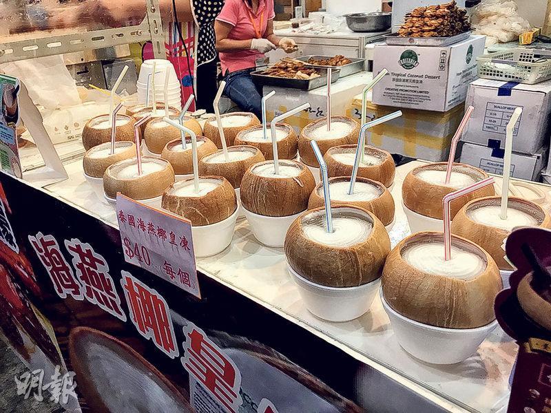有展商售賣原隻即食連殼椰皇,椰皇用發泡膠碗盛起,負責人盧先生被問到此舉是否不環保,他說沒辦法,因椰皇被冰過,會浸出甜甜的椰水,拿上手黏黏的。(植敏欣攝)
