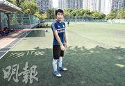 波友麥先生說,球場因新舊草皮共存,致接駁位置凹凸不平,笑稱「這般的球場只得香港是這樣,全球獨有!」(林智傑攝)