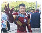 適逢中央委員選舉,國民黨代表紛紛到國民黨全代會場外拉票,更有人打扮成鋼鐵人。(網上圖片)
