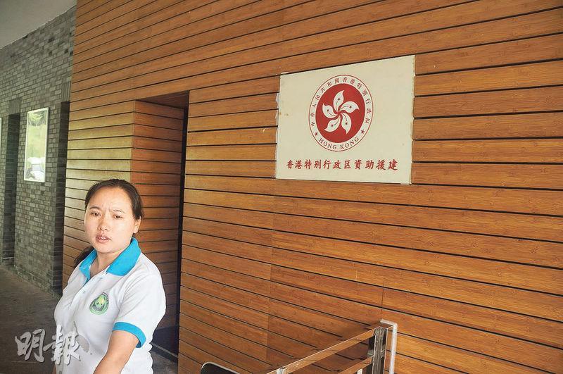 在都江堰基地大門口有香港特區政府援建的標誌,此處永久對港人免費開放。(林迎攝)