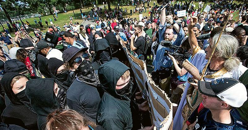 反對法西斯的左翼示威者(左),上周六在波士頓與出席「言論自由」集會的白人至上主義者對峙。(網上圖片)