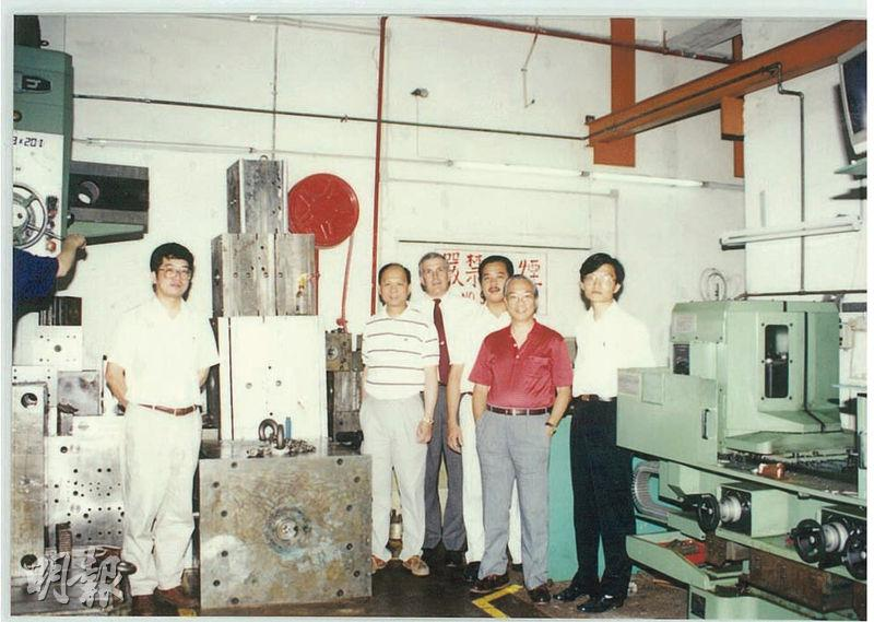 東江集團前身為東江機械製模廠,現時公司市值已近30億元,員工逾3400人。圖為集團1990年設於香港的車間工廠。