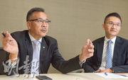 東江集團創辦人兼主席李沛良(左)認為,香港只着眼金融行業發展,反而深圳愈來愈重視科技企業。旁為行政總裁翁建翔。(劉焌陶攝)