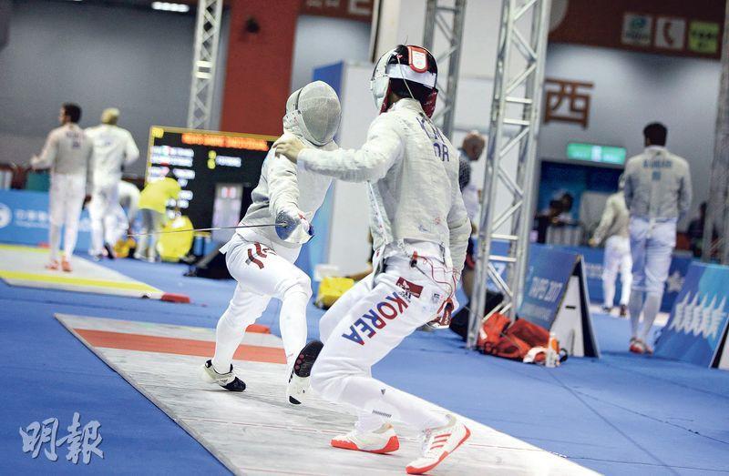 佩劍代表羅浩天(左)昨在32強敗予韓國勁敵,未能為前屆亞洲賽復仇。(鄭嘉慧攝)