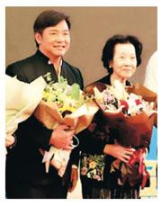 唐季禮日前跟90歲母親一同出席活動。(網上圖片)