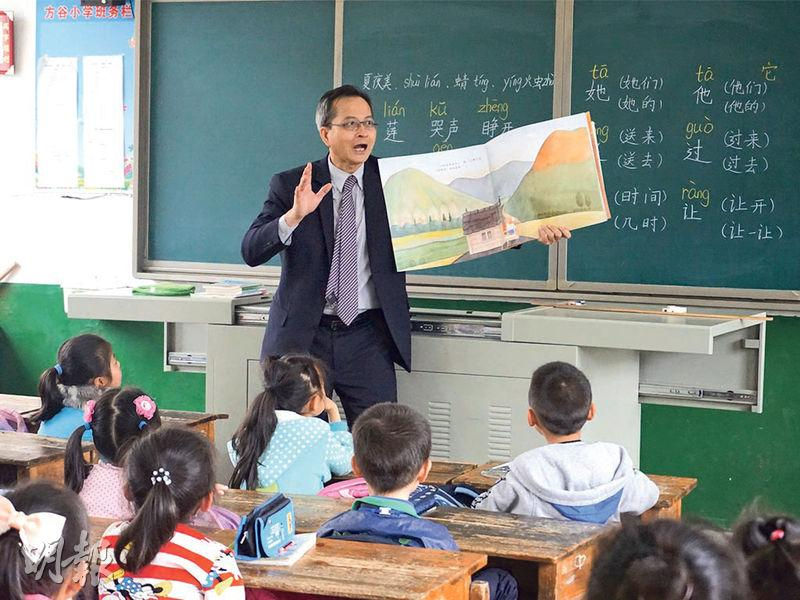 前小學校長梁偉明創辦《閱讀‧夢飛翔》文化關懷慈善基金,幫湖南農村學校起圖書館,政府新聞處訪問佢,講教育講到去高鐵,嚟緊佢話希望喺香港搭高鐵去湖南,多啲班次又平啲。(新聞處圖片)