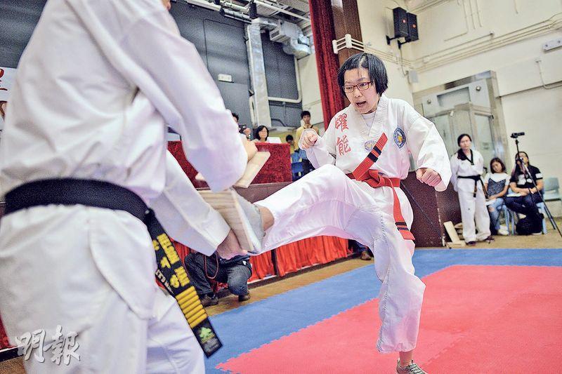 參與特能跆拳道黑帶考試的戴詠琪(圖)通過一連串考核,包括運用前踢、下壓踢等腿技擊破木板,與另一學員成為全港首批考獲跆拳道黑帶的女性弱能人士。(鍾林枝攝)