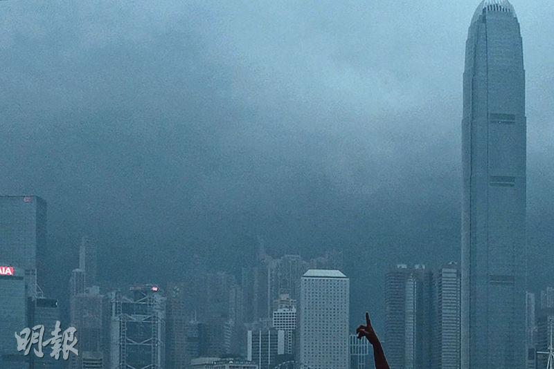 受瑪娃雨帶影響,本港昨晚局部地區下起大雨,大嶼山昨晚1小時錄得逾70毫米雨量。天文台預料,受瑪娃相關雨帶影響,香港今早會有狂風大雨,稍後雨勢減弱。(曾憲宗攝)