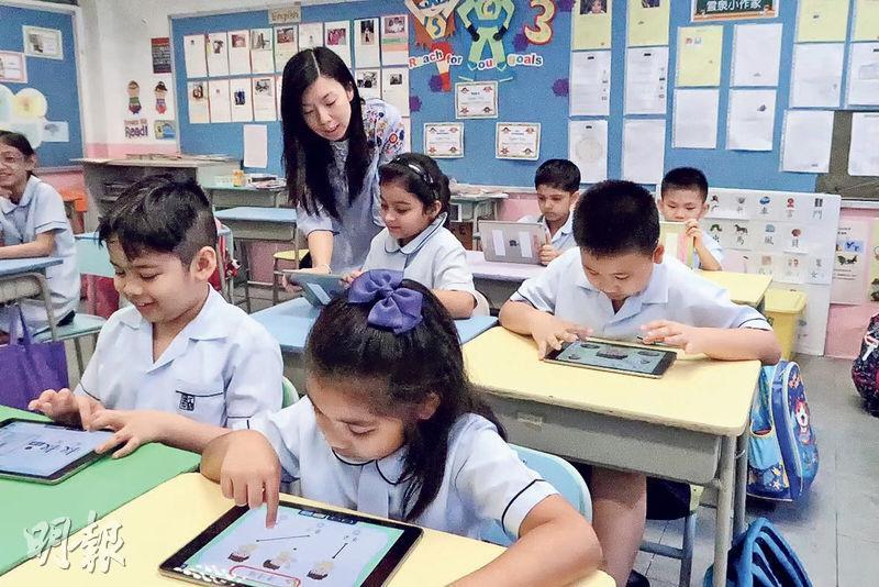 知識共享協會6月推出中文時事應用程式,供高小至初中非華語學生學習中文詞彙,圖為試用程式的香港道教聯合會雲泉學校。(知識共享協會提供)