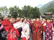 九寨溝縣的中小學生9月1日身穿漢服迎來地震後的第一課。開學第一課以「感恩·奮進」為主題,包括減災防震課及戶外課等。(中新社)