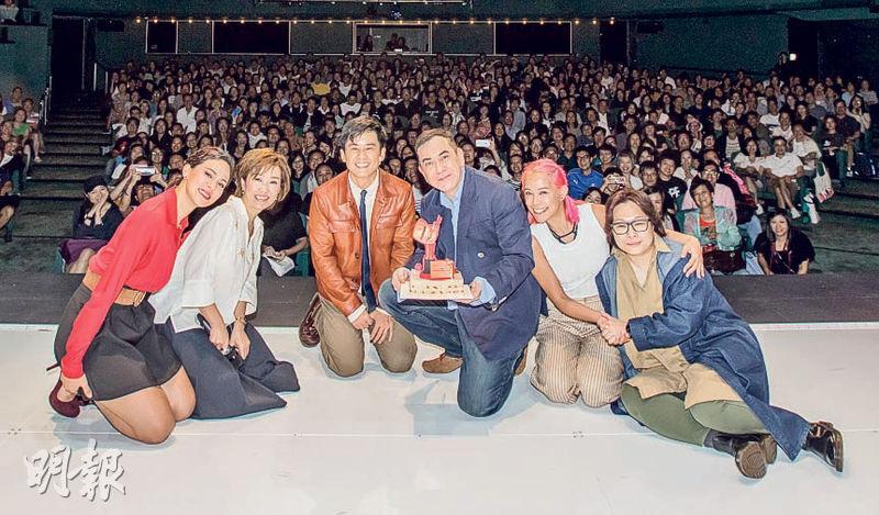 黃秋生昨天56歲生日,獲同劇演員及全場觀眾送上祝福。