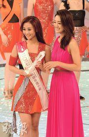 上屆友誼小姐張寶兒(右)頒發「big big channel最受歡迎香港小姐」給妹妹張寶欣(左)。