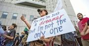 加州洛杉磯周二有民眾示威,抗議總統特朗普取消DACA計劃,令80萬「追夢者」年輕非法移民面臨遣返。一名示威者手持的標語借用約翰連儂的名曲Imagine的歌詞,說「 你(可能)覺得我只是追夢者,但我不是唯一這樣想的人」。(法新社)