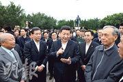 2012年12月,新當選中共中央總書記、中央軍委主席的習近平(中)到廣東省視察,他背後是深圳蓮花山的鄧小平銅像。(資料圖片)