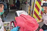 遭患抑鬱症女兒用通渠水襲擊受傷的婦人,由救護車送院經搶救,情况嚴重。