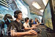 香港華仁書院團隊奪得全港學界電競大賽2017《絕對武力:全球攻勢》(CS:GO)項目冠軍,隊員Joseph(前)因學業成績優異獲家人支持玩電競,他覺得電競可訓練耐性和團隊精神。(蘇智鑫攝)