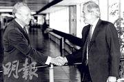 霍德(左)在衛奕信(右)擔任港督期間任職布政司,衛奕信讚揚對方是一名出色公僕,致力推動興建新機場。(資料圖片)