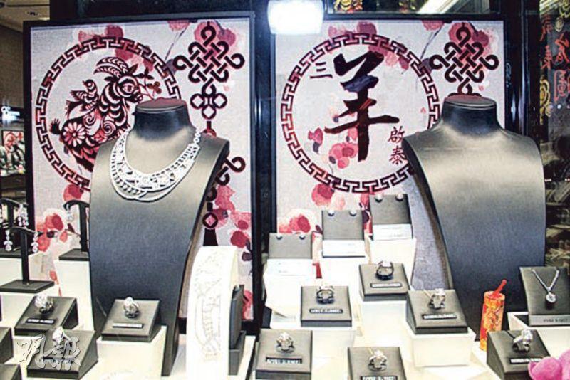 案發的英皇鐘表珠寶店位於尖沙嘴1881 Heritage,飾櫃內一條價值1582萬元的鑽石頸鏈被12歲內地女童偷走,留下沒有頸鏈的展示座(右)。(資料圖片)