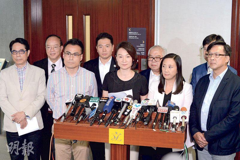 39名建制派立法會議員昨致函教育局長楊潤雄,表達對近日大學校園宣揚「港獨」事件的關注,並集體見記者宣讀訴求。立法會主席梁君彥未有參與。(鍾林枝攝)
