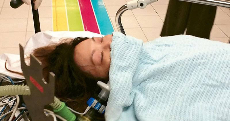 女事主疑接受拉臉皮美容療程,給注射含腎上腺素針藥後不適昏迷,由救護車送院搶救,情况嚴重。(衛永康攝)