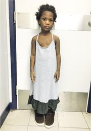 一名約4歲非裔女童(圖)昨凌晨被發現在秀茂坪邨街頭徘徊,警方呼籲任何人如有女童或其家人消息,盡快與警方聯絡。(警方提供)