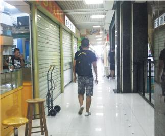 中國經濟發展,褪下「世界工廠」角色。圖為2015年深圳電子第一街華強北的曼哈電子商城,出現大量空置商舖。(資料圖片)