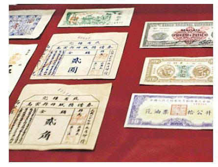 埃及向中國使館轉交查獲的走私中國文物儀式,8月27日在位於開羅的埃及國家博物館舉行,現場有觀眾參觀這批文物。(新華社)