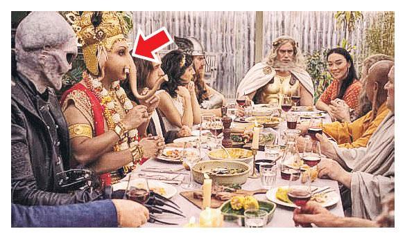 澳洲肉類及家畜商會的廣告描述象頭神(箭嘴示)、耶穌、佛祖、宙斯、外星人等同枱吃羊肉,被指歪曲象頭神茹素的事實,惹來印度教人士投訴。(網上圖片)
