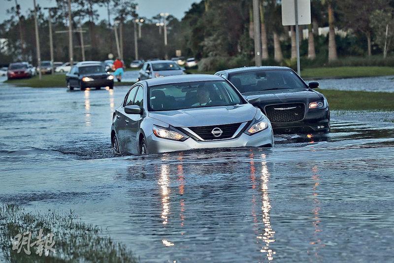 颶風「艾爾瑪」周一已離開佛州博尼塔温泉(Bonita Springs),當地街道出現水浸。(法新社)