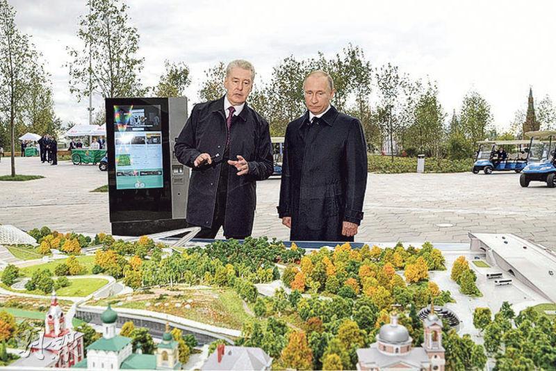 莫斯科市長索比亞寧(左)上周六向俄羅斯總統普京(右)介紹Zaryadye公園。(路透社)