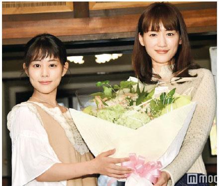高畑充希(左)與綾瀨遙日前舉行兩季日劇交接儀式,後者更送花以示慰勞。