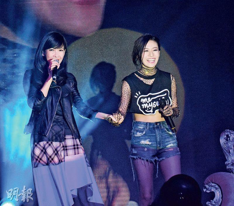 江若琳(右)入行遇到困難,感激女神周慧敏(左)送暖。(攝影:梁迺楠)