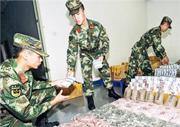 邊防支隊官兵點算檢獲的外幣,紙幣共有約100萬張,硬幣和紀念幣約132萬枚。(網上圖片)