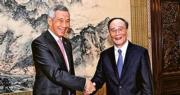 應訪華新加坡總理李顯龍(左)的要求,中紀委書記王岐山(右)昨日早上在中南海會見李顯龍。(新華社)