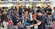 香港快運取消今日至8日往返香港與日本關西、名古屋及韓國首爾仁川共18個定期航班,大批乘客受影響。香港快運昨第3度致歉,稱會盡力協助乘客。有立法會議員形容事件罕見,相信或影響香港快運續牌事宜。(賴俊傑攝)