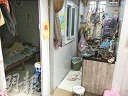 阿章一家三口現租住洪水橋的貨櫃屋,他說屋內非常悶熱,「雞蛋放(貨櫃)上面都蒸得熟」,要長開冷氣,認為不算是良好的居住環境。(明愛社區發展服務提供)