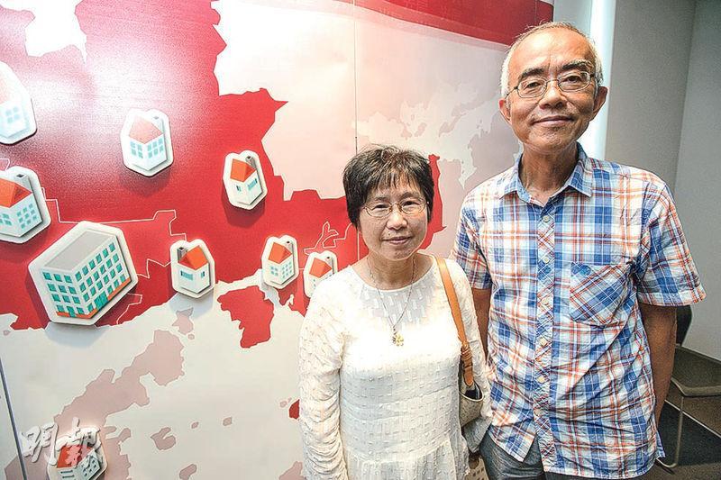 退休社工丘太(左)於2014年參與「要有光」的光房計劃,當年提議丈夫(右)一起以退休金買樓,再租予有住屋困難的單親媽媽與子女入住。(楊柏賢攝)