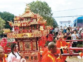 婚禮10月6日下午在新昌縣的萬豐廣場舉行,新娘由十八抬大轎及成排豪車的迎親隊伍接送。(網上圖片)