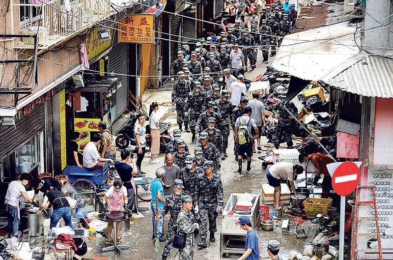 澳門8月底遭颱風天鴿襲擊,災情嚴重;風後解放軍也首次入城救災。(路透社)