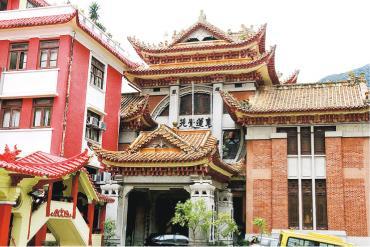 東蓮覺苑建於1935年,用西方建築結構,糅合傳統中式設計、建築細部同裝飾,內部用色同設計好有中國色彩,例如走道欄杆、牆上同天花灰塑等。(政府新聞處)