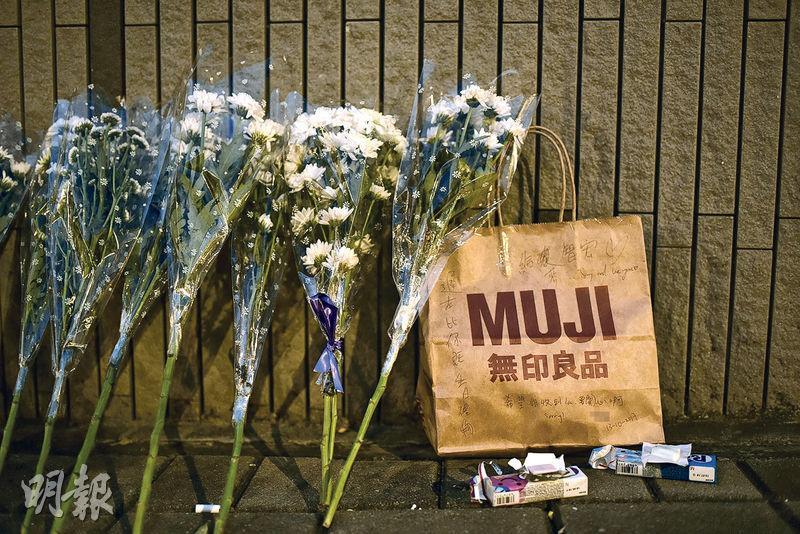 17歲中六生前日於油塘大本型商場墮樓身亡,部分同學昨日到現場獻花及留下糖果悼念,有人放下一個寫有「sorry and love you」的紙袋,留字說是給予死者的生日禮物。(賴俊傑攝)